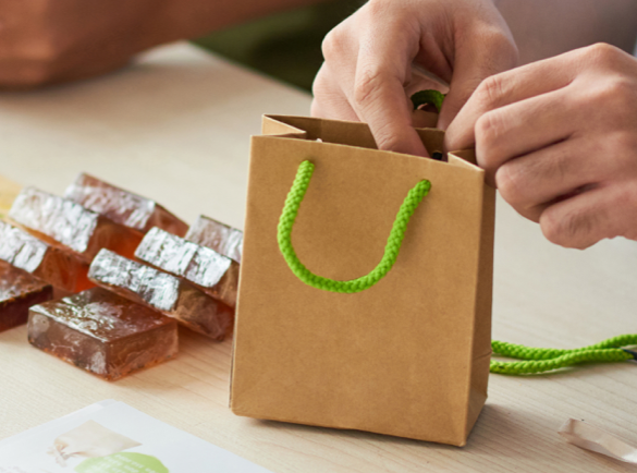 6. Bied een sample van je product aan | 7 Makkelijke Gespreksopeners voor je Volgende Beurs